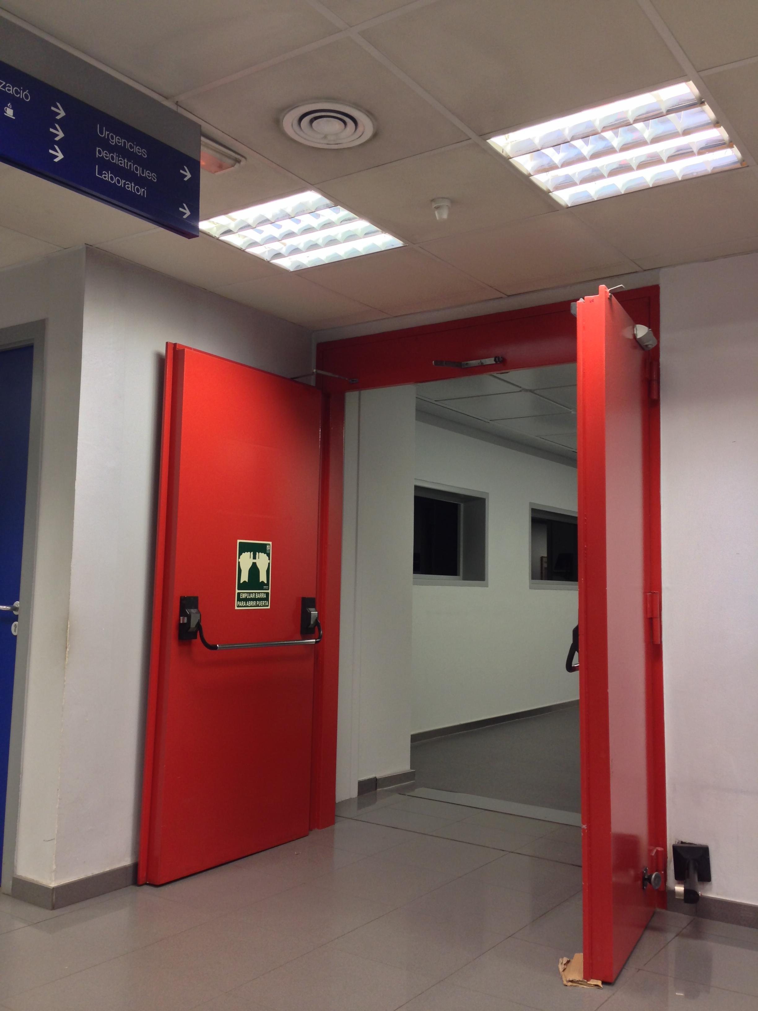 Puerta de sectorizaci n rf vs cortinas cortafuegos for Puertas contra incendios