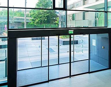 Puertas correderas autom ticas en edificios de uso de for Puerta corredera automatica vidrio