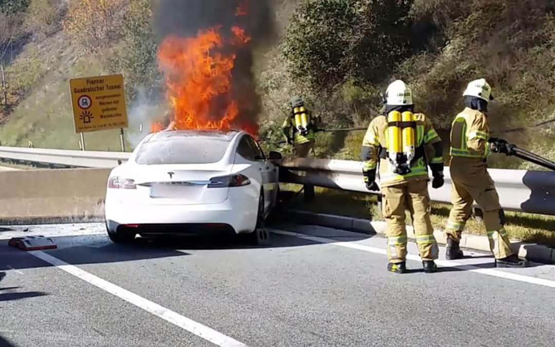 Apagar el fuego de un coche eléctrico es totalmente distinto a uno de gasolina o diésel