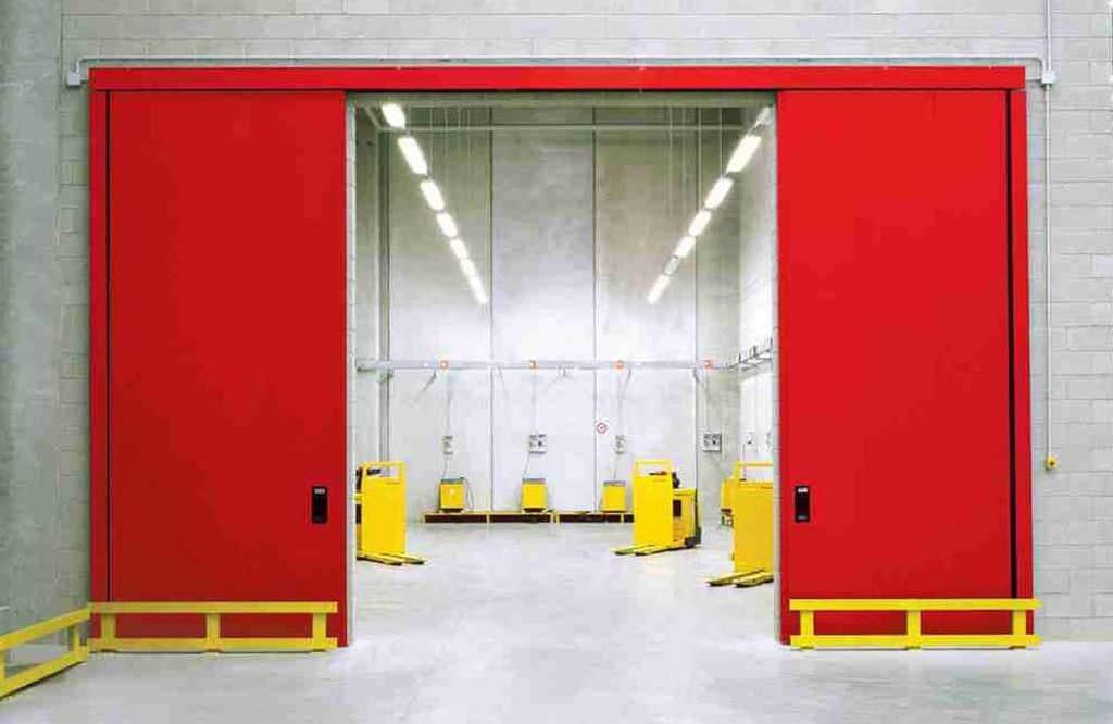 ¿Cómo se cierran las puertas cortafuegos sin un sistema de detección automática de incendios?